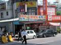 図6 MRT新店站バス停前の食堂