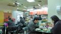 洪記豆漿店、ここも結構イイ-一番奥のおばちゃん日本語少々